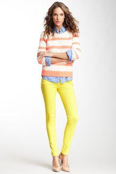James Jeans - Oser porter des couleurs qui ne sont pas destinées à être portées ensemble - Pantalons jaune, chemisier bleu ciel et pull ligné horizontal crème et orangé