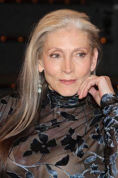 graue-haare Eveline Hall (age 67)