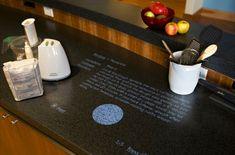 küche einrichten arbeitsplatten für küchen graunuancen holztextur geschirr