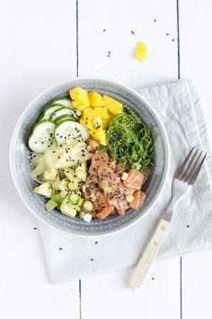 Ineens zijn ze overal, poké bowls. En daarom kon ik het niet laten ook met de poké bowl aan de slag te gaan en er een samen te stellen met mijn favoriete sushi-ingrediënten. Met zalm, avocado en mango. De Poké bowl is overgewaaid uit Hawaii, de basis is rijst met gemarineerde rauwe vis en groenten.Een... LEES MEER... Good Healthy Recipes, Healthy Drinks, Healthy Cooking, Lunch Recipes, Healthy Eating, Food Bowl, A Food, Good Food, Happy Foods