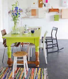 Que tal renovar móveis com pequenos toques de cor? Falamos sobre a técnica Dip Dye (ou Dipped Furniture) lá no blog!