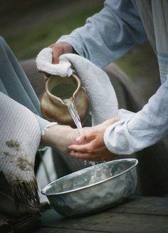 Juan 13:3-5 sabiendo Jesús que el Padre le había dado todas las cosas en las manos, y que había salido de Dios, y a Dios iba, se levantó de la cena, y se quitó su manto, y tomando una toalla, se la ciñó. Luego puso agua en un lebrillo, y comenzó a lavar los pies de los discípulos, y a enjugarlos con la toalla con que estaba ceñido. ♔
