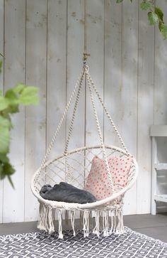 KARWEI | Schommelend in een hangstoel vergeet je bijna dat je in je eigen achtertuin vertoeft.