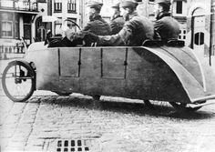 Des soldats allemands dans une voiture à pédales ... !