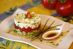Tartare de concombre, tomate et feta : la recette facile Cucumber tartare, tomato and feta: the easy recipe Easy Salads, Easy Meals, Easy Healthy Recipes, Healthy Snacks, Healthy Drinks, Tartare Recipe, Queso Feta, Snacks Für Party, Finger Foods