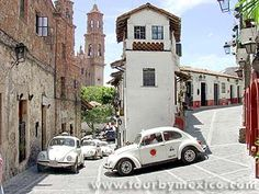 Double way street in Taxco.  http://www.tourbymexico.com/guerrero/taxco/taxco.htm