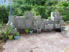 blocs béton pour ranger les fleurs dans le jardin