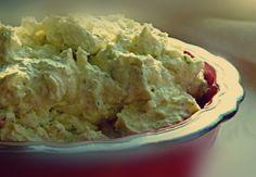 Η κρέμα φέτας είναι εξαιρετικό συνοδευτικό με παξιμάδια, ντάκους, ψωμί, ντοματόσουπες, λαδερά φαγητά αλλά και όσπρια. Επίσης μπορεί να αντικαταστήσει την φέτα στην