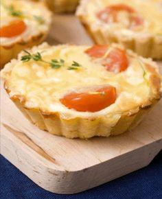 Ingredientes 1 colher (sopa) de fermento em pó 1 colher (chá) de sal 2 tomates 2 ramos de manjericão fresco 6 fatias médias de queijo minas 4colheres (sopa) de farinha de trigo 1 ovo inteiro 1 + 1…