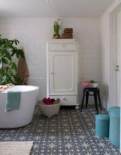 Un sol de salle de bains en carreaux de ciment