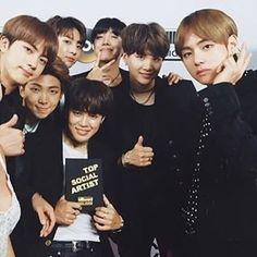 Babado da noite: os sul coreanos do BTS derrotou estrelas como Justin Bieber no prêmio de redes sociais! Vraa! #BBMAs #bbmas2017