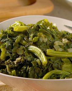 Explore the brilliant taste of mustard greens with this easy side dish, simmered with chicken broth, yellow onion, and red-pepper flakes. Veggie Dishes, Vegetable Recipes, Veggie Food, Cooking Mustard Greens, Chinese Mustard Greens Recipe, Cocina Light, Cooking Recipes, Healthy Recipes, Vegetarian Food