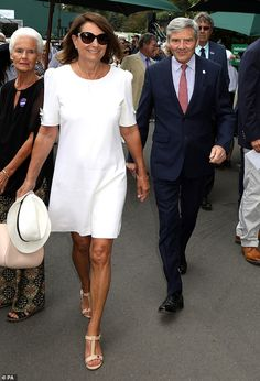After Kate's surprise visit to yesterday, it was the turn of her parents to grace the Royal Box. Carole Middleton, looked elegant in a crepe white tunic dress as she arrived at Wimbledon. Carole Middleton, Kate Middleton Outfits, Middleton Family, Wimbledon Dress Code, Wimbledon Tennis, Fernando Verdasco, White Tunic Dress, Three Piece Suit, 3 Piece