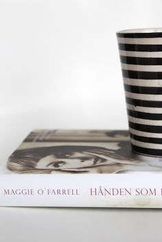 """tonjeboganes.com: """"Hånden som først holdt min"""" er en vakker roman om kjærlighet, livet og håpet. Jeg synes det var flott lesning, fortalt på en drivende, underholdende og spennende måte. Jeg likte hvordan de to parallelle fortellingene ble vevd elegant sammen. Maggie O Farrell, Tableware, Dinnerware, Dishes, Serveware"""