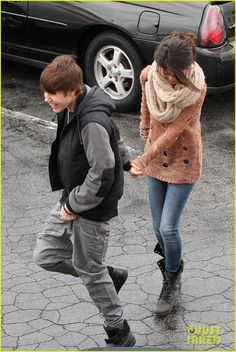 Selena Gomez media gallery on Coolspotters. See photos, videos, and links of Selena Gomez. Justin Bieber Selena Gomez, Estilo Selena Gomez, Justin Bieber And Selena, Selena Gomez Style, Simple Outfits, Fall Outfits, Justin Bieber Posters, Chunky Knit Scarves, Lace Up Combat Boots