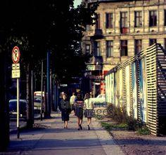 Mädchen und eine ältere Frau in der Gleditschstraße in Berlin-Schöneberg, 1964 Juergen/Timeline Images #60er #60s #Berlin #Freunde #friends #bestfriends #bff #Freundschaft #friendship #trust #Vertrauen #Freundinnen #spazieren #Spaziergang #Sonnenstrahlen