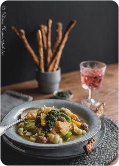 Herbstliche Soupe au Pistou mit Möhrengrün-Pesto Soup Recipes, Healthy Recipes, Healthy Food, Soup Kitchen, Japchae, Ramen, Good Food, Vegan, Dishes