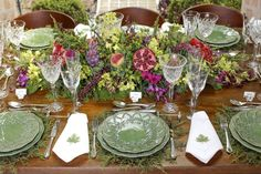 lovely table setting and centerpiece Easter Table Settings, Wedding Table Settings, Beautiful Flower Arrangements, Floral Arrangements, Beautiful Table Settings, Centerpieces, Table Decorations, Christmas Tablescapes, Easter Party