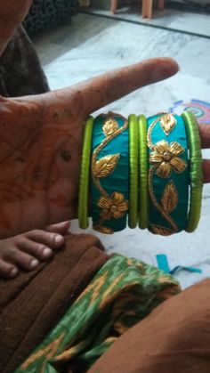 Bangles Ethnic Jewelry, Indian Jewelry, Diy Jewelry, Jewlery, Handmade Jewelry, Silk Thread Bangles Design, Thread Jewellery, Jewellery Designs, Bridal Chuda