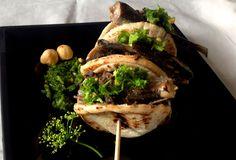 Mini pita de tapenade de aceitunas negras con pesto de avellanas y sardinillas picantes