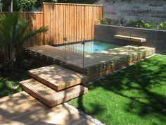 Piscina e deck de madeira