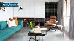 A sala de estar em uma casa de aluguel da década de 70 prova que é possível usar o revestimento fora da cozinha e do banheiro