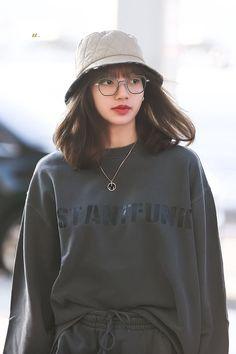 """i'm obsessed with this look"" Kim Jennie, Jenny Kim, Blackpink Fashion, Korean Fashion, Korean Airport Fashion, Kpop Girl Groups, Kpop Girls, Lisa Blackpink Wallpaper, Blackpink Photos"