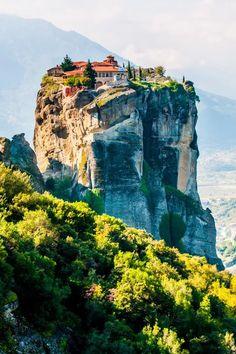 Mágica Meteora, na Grécia, onde deslumbrante beleza natural é o lar de criações incríveis de homem. Mosteiros se sente incrivelmente empoleirado no topo de pináculos rochosos .