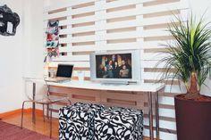 painel+sala+ou+home+office+feito+de+pallet+e+serve+como+porta+revista.jpeg
