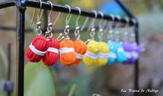 Boucles d'oreilles Pelotes de laine Crochet, Wind Chimes, Outdoor Decor, Home Decor, Fantasy, Boucle D'oreille, Locs, Tricot, Color