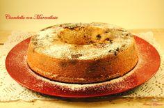 Se siete degli estimatori della colazione pane, burro e marmellata, allora questa Ciambella con Marmellata è veramente quello che fa per voi! Una consistenza morbida e burrosa che si sposa perfettamente con il gusto delizioso della marmellata.