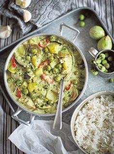 3–4 annosta  1 munakoiso 200 g vaaleita pieniä munakoisoja 200 g minimunakoisoja 2 keitettyä perunaa ½ punaista chiliä 400 g kookosmaitoa 1 dl vettä 1 rkl kanafondia 3 kaffirlimetinlehteä 1½ rkl kalakastiketta (tai ½ rkl soijakastiketta) 1½ tl sokeria ½ tl suolaa kourallinen tuoretta thaibasilikaa  Currytahna: 2 kuivattua kaffirlimetinlehteä 2–3 vihreää chiliä 1 ruukku tuoretta korianteria 1 pieni salottisipuli 2 valkosipulinkynttä 1 tl sitruunaruohotahnaa 1 tl hienonnettua galangal-juurta…
