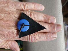 """design triangle noir et  bleu vif mat,  en caoutchouc de chambre à air de vélo """"vélib"""" Paris"""