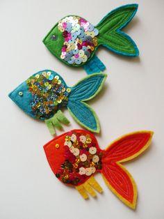 Mundial del Agua Fabric Fish, Fabric Birds, Felt Embroidery, Felt Applique, Fish Crafts, Flower Crafts, Felt Fish, Fish Ornaments, Felt Christmas Decorations