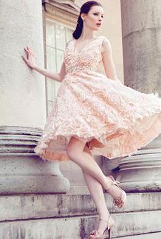 Vestido corto en color salmón, muy especial de   Yumi Katsura 2013