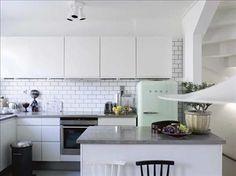 Köket med sin mix av 30-tal, 50-tal och 2000-tal har kvar funkisandan men i modern tappning. Inredning från HTH, med den släta vita luckan S...