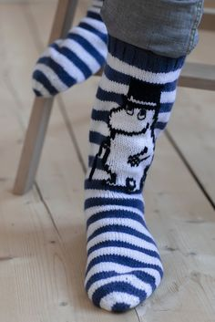 The outline of the Moominpappa design and the walking stick are embroidered with the Stinky yarn using duplicate stitches. Use short back stitches for the eyes. Knitting Patterns Free, Free Knitting, Stitch Patterns, Patterned Socks, Striped Socks, Blue Socks, Fair Isle Knitting, Knitting Socks, Sock Cupcakes