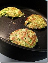 gluten free vegan zucchini fritters (with quinoa flour) Yummy Healthy Snacks, Healthy Eating, Healthy Recipes, Healthy Food, Drink Recipes, Side Recipes, Veggie Recipes, Vegetarian Recipes, Vegan Zucchini Fritters