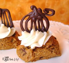 Pumpkin Patch Cookie Cookies: 2 boxes spice cake mix, 1 29 oz can pumpkin, 1 12 oz bag milk chocolate chips, 12 min. recipes for halloween Yummy Treats, Delicious Desserts, Sweet Treats, Yummy Food, Pumpkin Recipes, Fall Recipes, Cookie Recipes, Holiday Recipes, Pumpkin Spice Cookies