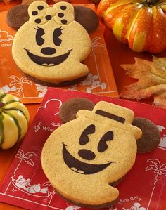 Tokyo Disneyland Resort Mickey & Minnie Mouse Ghostly Halloween cookies!  I've got to figure out how to make these!