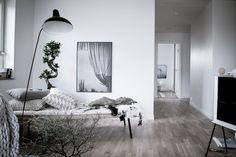 Den vackra vitlaserade ekparketten fortsätter in i alla bostadens rum. Royal Copenhagen, Ikea, Living Room Kitchen, Living Rooms, Scandinavian Interior, Inspired Homes, Bedroom Apartment, Interior Architecture, Rum