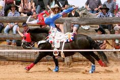 Now that's a preformer Trick Riding, Horse Galloping, Riding Horses, Rodeo Shirts, Horse Pictures, Vaulting, Heartland, Cowgirls, Horseback Riding