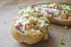 Eine herrlich leichtes Finger Food Rezept sind diese Baguettes mit Frischkäse überbacken - ideal für den kleinen Hunger zwischendurch.