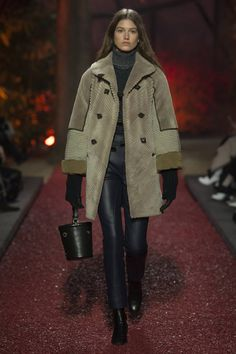 The complete Hermès Fall 2018 Ready-to-Wear fashion show now on Vogue Runway. Source by carmenlobo fashion 2018 Fashion Week Paris, Fashion 2018, Winter Fashion, Winter Trends, Hermes, Womens Fashion For Work, Trendy Fashion, Fashion Trends, Fashion Top