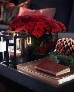 Julen er en fin anledning til å pynte litt ekstra. Lykt, vase og skinnbrett fra Slettvoll. #slettvoll