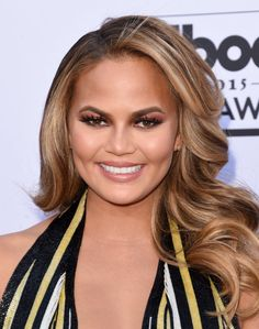 Get bombshell waves like Chrissy Teigen by curling your hair with a iron, then gently brushing your strands for a retro glam look. // Celebrity Hair and Makeup at Billboard Music Awards 2015 Christine Teigen, Easy Casual Hairstyles, Hairstyles For School, Cool Hairstyles, Hairstyle Ideas, Charli Xcx, Half Updo, Chrissy Teigen Hair, Pelo Casual