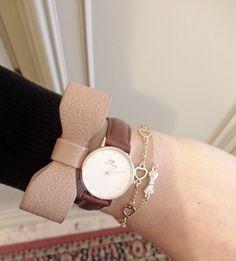 ... e al polso il mio nuovo orologio Daniel Wellington, direi che non c'è modo migliore di iniziare la giornata. Il modello che indosso è il Classy St Mawes ...