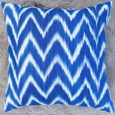 Blå ikat mönster kudde