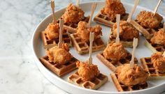 Chicken and Waffles (tapas party ideas) Fingerfood Recipes, Fingerfood Party, Best Appetizer Recipes, Party Recipes, Appetizer Ideas, Delicious Recipes, Appetizer Party, Unique Recipes, Dinner Recipes