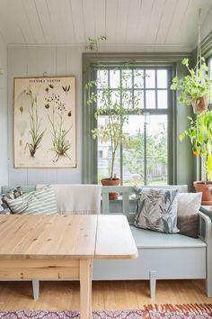 Trapanel kokssoffa sprojsade fonster - Home: Living color 2019 Dining Nook, Deco Design, Home And Deco, Kitchen Colors, Kitchen Ideas, Rustic Kitchen, Kitchen Grey, Kitchen Decor, Kitchen Design